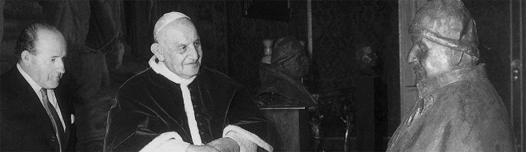 Manzù presenta a papa Giovanni XXIII il busto conservato nei Musei Vaticani, 13 aprile 1963