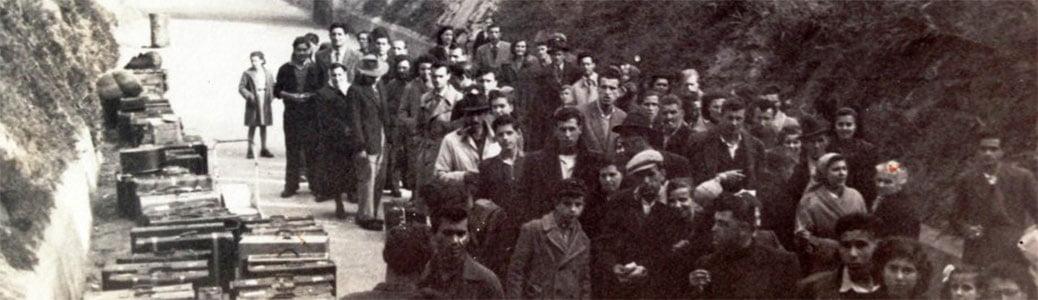 """Emigranti italiani in attesa di imbarcarsi sulla nave """"Generale Greely"""" diretta in Australia"""