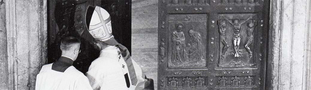 Papa Pio XII durante la cerimonia di apertura della Porta Santa. Roma, Basilica di San Pietro, 25 dicembre 1949