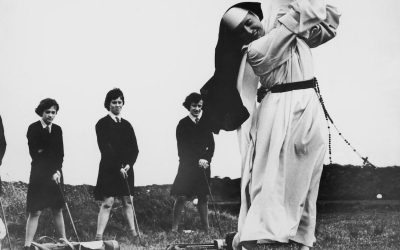 6 settembre 1965. Suor Mary Martina, educatrice e maestra di golf al Rosebud Country Club per le allieve della Saint Mary's School For The Deaf, una scuola per sordi a Portsea, Australia.