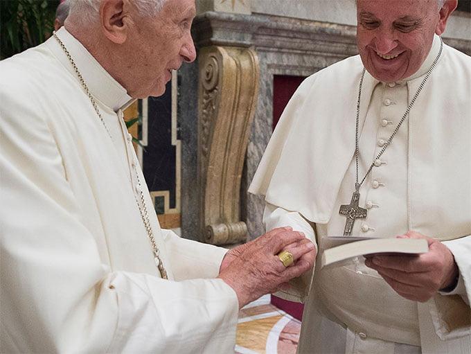 I tre anelli di Benedetto XVI e le Ultime Conversazioni