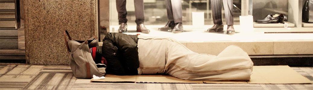 Milano, senzatetto e moda in attesa di Francesco
