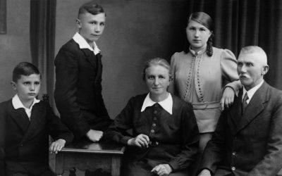 Il giovane Joseph Ratzinger con la madre Maria, il padre Joseph, il fratello Georg e la sorella Maria.