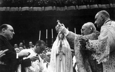 Fatima, 13 maggio 1946. Il card. Benedetto Aloisi Masella a nome di Pio XII incorona per la prima volta la statua di Nostra Signora di Fatima.
