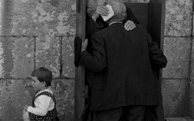 Spagna, Nuestra Señora de O Corpiño, 1975. Finita la scuola, ai bambini non restano che i nonni. © Cristina García Rodero