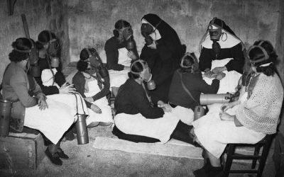 Guerra (allo) smog? Francia, anni '40. Suore e infermiere con maschere antigas in un rifugio antiaereo.