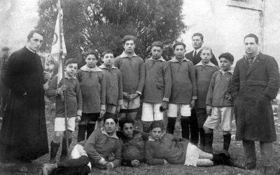 Caerano di San Marco (Tv), gennaio 1923. Squadra di calcio con il gagliardetto benedetto da Pio XI nel 1922. Altri tempi. #Russia2018 © Gianni Desti Baratta.