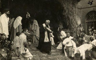 Novi Ligure, dicembre 1933. Presepe vivente di don Luigi Orione. Il sacerdote porta il Bambinello alla venerazione dei fedeli.