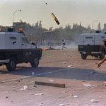 Gli scontri durante la Messa celebrata da Giovanni Paolo II al Parco O'Higgins, 3 aprile 1987. © El Mercurio.