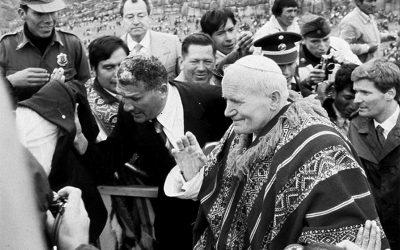 Sacsayhuamán (Perù), 1985. Giovanni Paolo II indossa un tradizionale poncho, dono della popolazione locale. La sua è l'ultima visita di un pontefice al Paese, prima di quella di Francesco.