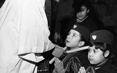 Londra, 3 febbraio 1965. Benedizione della gola nella chiesa di Santa Etheldreda nel giorno di san Biagio.