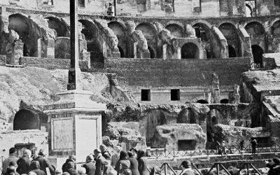 Oggi il Colosseo si tinge di rosso in ricordo dei martiri cristiani. Così la cattedrale di Sant'Elia ad Aleppo e la chiesa di San Paolo a Mosul. Papa Francesco riceve i familiari di Asia Bibi e una ragazza nigeriana per due anni ostaggio di Boko Haram.