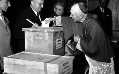 Elezioni del 7 giugno 1953. L'arcivescovo di Milano, card. Schuster, partecipa al voto. Con un'affluenza del 93,81% vince la Democrazia Cristiana con oltre il 40% dei voti. © Archivio Toscani/Gestione Archivi Alinari, Firenze.