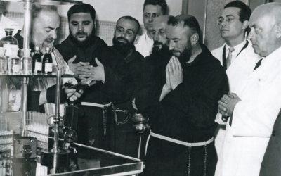 San Giovanni Rotondo, 26 luglio 1954.  Padre Pio benedice il laboratorio di analisi di Casa Sollievo della Sofferenza. Accanto a lui alcuni confratelli e i medici Franco Lotti e Guglielmo Sanguinetti.