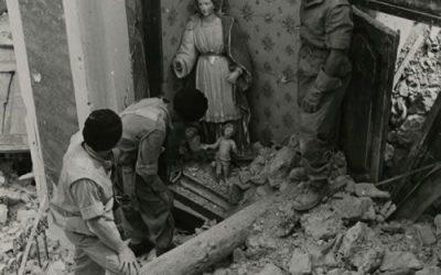 Piedimonte San Germano (Frosinone), maggio 1944. Soldati polacchi lungo la via da Cassino a Roma scoprono la statua di una Madonna con Bambino. La cappella è distrutta, ma la statua è per lo più intatta.