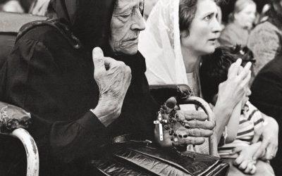 Pellegrini al santuario di Caravaggio, 1956. L'apparizione della Vergine nelle campagne del bergamasco, ma nella diocesi di Cremona, risale al 26 maggio 1432. Foto di Pepi Merisio.