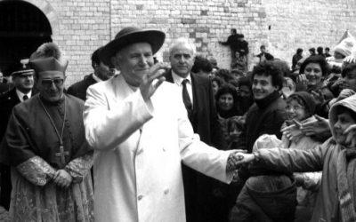 26 febbraio 1984. Giovanni Paolo II visita Bari e Bitonto. Fra San Nicola e saturno (il cappello). © Luca Turi.