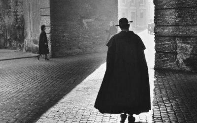 Roma, San Pietro, 10 dicembre 1954. Luci e ombre. © Archivio Bettmann.