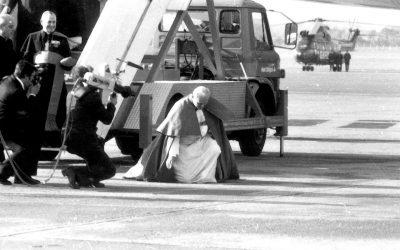 Aeroporto di Dublino, 29 settembre 1979. In ginocchio in una terra ferita, ieri come oggi. #PopeinIreland #WMOF2018