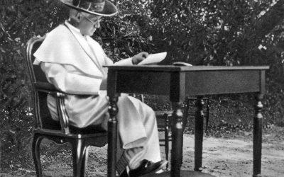 Vaticano, luglio 1913. Papa Pio X nei Giardini Vaticani. Estate, tempo di lettura. © Giuseppe Felici