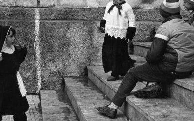 Caltavuturo, Sicilia, anni '90. Per rispondere alle critiche, talvolta, non servono parole. © Giuseppe Leone.