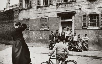 Italia, anni '50. Bicicletta, pallone e un gruppo di amici. Serve altro per il miglior finale di estate? © Gisela Büse.