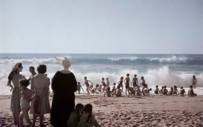 Francia, Biarritz, 1951. Quando la maggior parte dei turisti se ne è andata e tu pensi che sia il momento migliore per iniziare le vacanze.