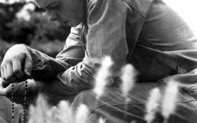 Appello di Francesco alla recita del Rosario contro gli attacchi del diavolo alla Chiesa. «Con le persone che cercano scandalo, divisione, distruzione, anche nelle famiglie: silenzio. E preghiera». Corea, 1951. Un giovane marine prega prima della battaglia.