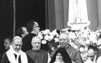 Fatima, 13 maggio 1967. Paolo VI e suor Lucia Dos Santos. Dirà in seguito Montini: «Charles Péguy paragonava i Pater e le Ave del Rosario a dei vascelli naviganti vittoriosamente verso il Padre. Dobbiamo tentare anche questa mistica impresa».