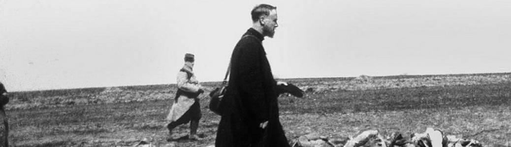1914-1918. Un cappellano militare cammina fra i cadaveri dei soldati francesi caduti sul Fronte occidentale. Rue des Archives.