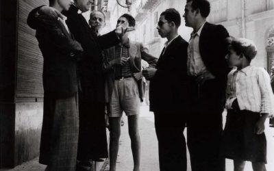 Agrigento, 1943. Quando il Sinodo dei giovani si faceva per strada. © Robert Capa, a 105 anni dalla morte.
