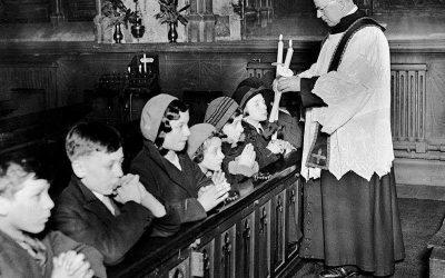 Londra, anni '30. Benedizione di San Biagio nella chiesa di Saint Etheldreda, Ely Place.