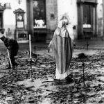 Firenze, alluvione del novembre 1966. Chiesa di Santa Croce e la croce del fango