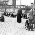 Bydgoszcz, Polonia, settembre 1939. Sacerdote e civili polacchi attendono l'esecuzione.