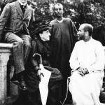 Parigi, 1909. Charles de Foucauld, ponte fra Occidente e missioni. A sinistra, Marie Moitessier de Bondy, cugina di Charles, e il cognato di lei, il marchese de Forbin. Al centro, un Tuareg