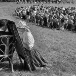 Chartres, 1953. Tempo di misericordia. Confessione di studenti in un campo. Non può mancare la grata. MarcRiboud.