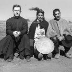 """Cile, anni '70. Padre Jerome Trettel, missionario Maryknoll, con una """"machi"""" (sciamana) mapuche"""
