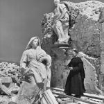 Montecassino, 1947. Un monaco verifica i danni prodotti all'abbazia dal bombardamento statunitense del 15 febbraio 1944. © Alfred Eisenstaedt