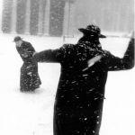 Roma, 1958. Sacerdoti giocano a palle di neve in piazza San Pietro. Quando non c'era il gelicidio, ma solo l'inverno. Foto © Leonard Freed