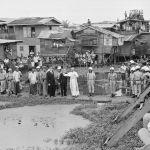 Manila, 29 novembre 1970. Paolo VI visita il distretto di Tondo. A 50 anni dalla Populorum Progressio (26 marzo 1967) ancora «i popoli della fame interpellano oggi in maniera drammatica i popoli dell'opulenza. La Chiesa trasale davanti a questo grido d'angoscia e chiama ognuno a rispondere con amore al proprio fratello».