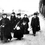 Francia, 1918. Sacerdote in bicicletta guida anziani profughi francesi in fuga da Merville.