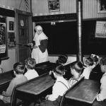 Stati Uniti, 1942. Scuola cattolica di Notre Dame du Mont Carmel. Un ripasso. Foto di John Collier Jr.