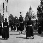 Olimpiadi di Rio 2016 o di Roma 2024? Vaticano 1949. Seminaristi giocano a pallavolo. David Seymour.