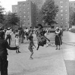 Estate, tempo di divertimenti. 1965, salto con la corda in un quartiere popolare di NewYork. Partecipa anche una suora.