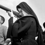 Rio2016? Usa, 1963. Raduno di boyscout, suora si cimenta nel tiro a volo. David McLane.