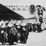 Stati Uniti, 18 maggio 1961. Suore arrivano all'aeroporto di Miami dopo essere state allontanate da Cuba dal nuovo presidente Fidel Castro, insieme a tutti i sacerdoti e ai religiosi stranieri