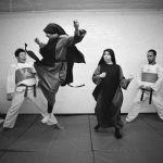 New York, 1994. Dopo il servizio ai poveri, suore della Fraternite Notre Dame praticano il taekwondo. Foto di Jack Manning