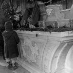 Magnano in Riviera, Udine, 1976. Dopo il terremoto, una bambina guarda il presepe realizzato nella benna di una pala meccanica. Per un 2017 di rinascita.
