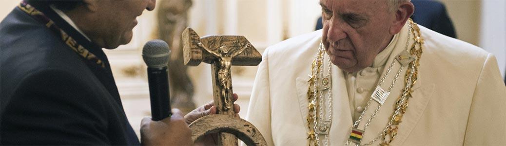 Il presidente boliviano Evo Morals dona a Papa Francesco il Crocifisso con falce e martello.