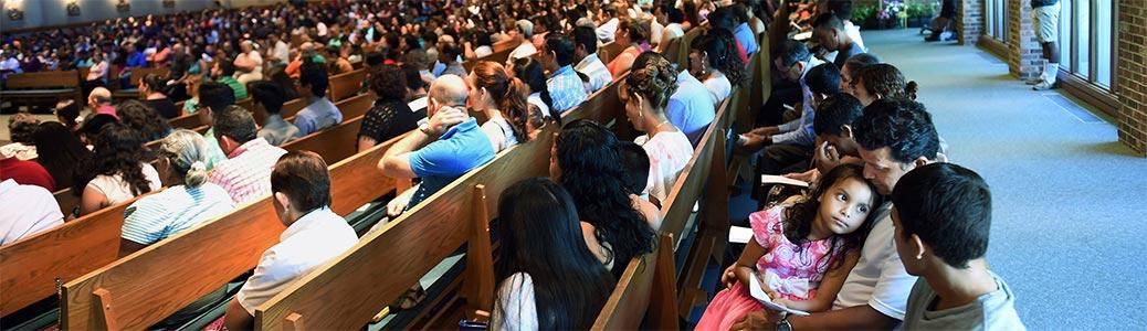 Cattolici ispanici americani durante la messa